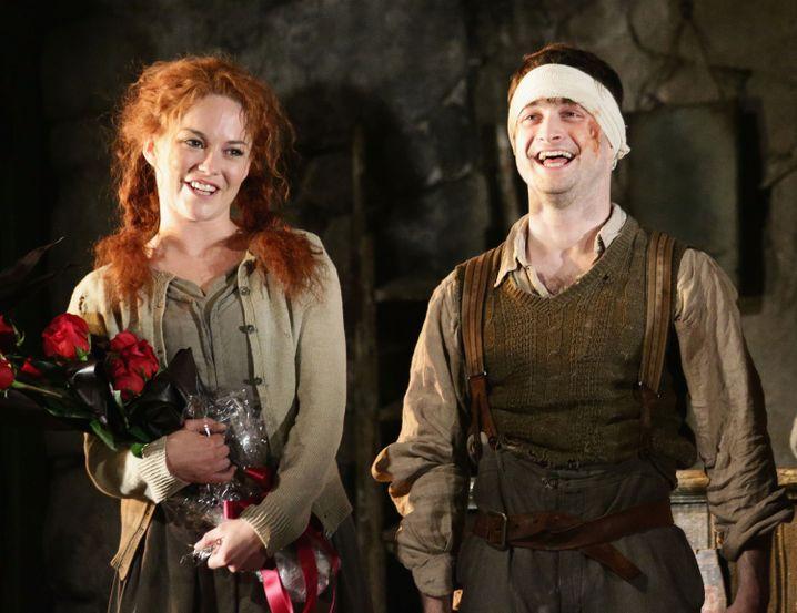 """Gastspiel: Die Schauspieler Sarah Greene (l.) and Daniel Radcliffe zeigten 2014 bei dem Stück """"Der Krüppel von Inishmaan"""" auf dem Broadway ihr Können."""