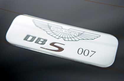 Nur echt mit Plakette: Logisch, dass die Seriennummer des DBS-Filmautos aus der Ziffernfolge 007 besteht