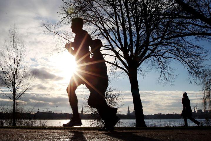 Sehen und gesehen werden: Die Alsterrunde in Hamburg ist ein Laufsteg für Sportler