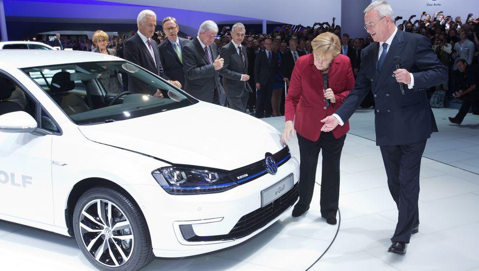 Hoffnungsträger von Volkswagen: Konzernchef Martin Winterkorn und Bundeskanzlerin Angela Merkel am neuen E-Golf