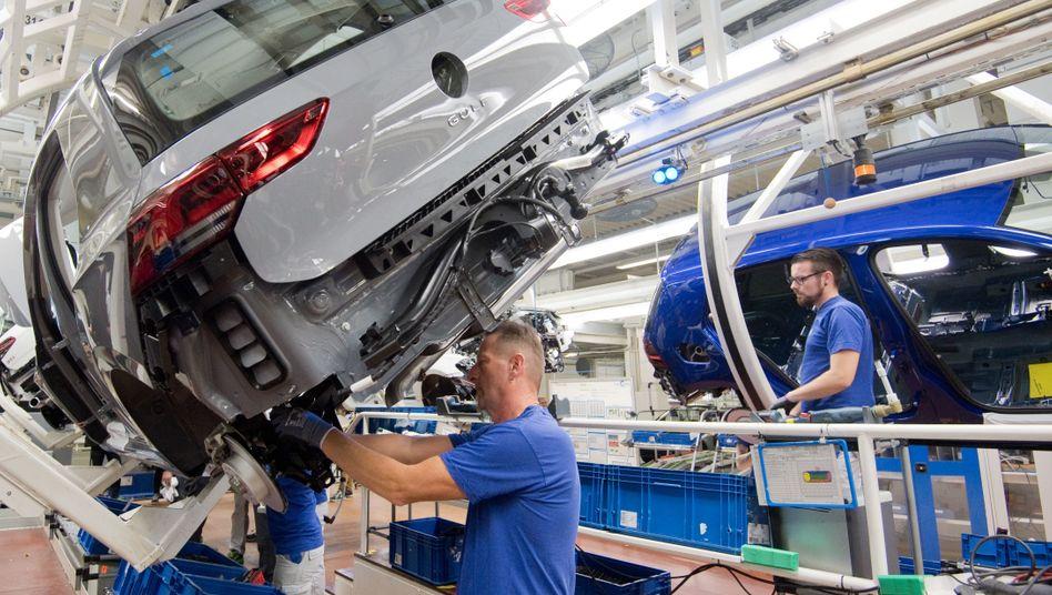Die VW-Beschäftigten in Wolfsburg verdienen gut, nur hat VW im ersten Halbjahr mit jedem Auto einen Verlust von 415 Euro eingefahren