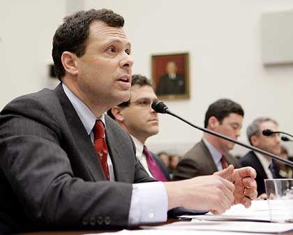 Mussten sich vor dem Ausschuss vertreidigen: Cisco-Anwalt Mark Chandler, Google-Justiziar Elliot Schrage, Microsoft-Anwalt Jack Krumholtz und sein Yahoo-Kollege Michael Callahan (v. l. n. r.)