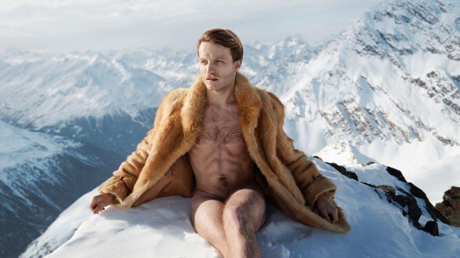 »Naked snow« hat Andy Kassier dieses Bild genannt. Er sucht in seiner künstlerischen Arbeit nach Antworten auf aktuell gesellschaftlich relevante Fragen: Was ist Glück? Wie werde ich erfolgreich? Und wie wird Männlichkeit dargestellt?