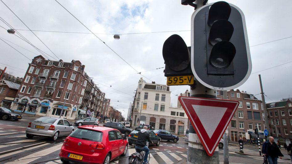 Stromausfall in Amsterdam: An den Ampeln gingen die Lichter aus, Autofahrer mussten sich selbst helfen