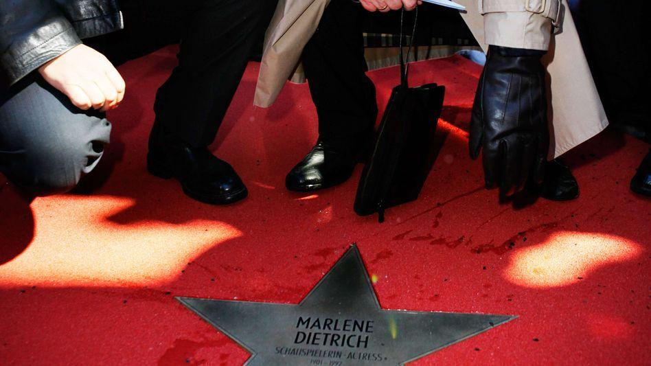 """Den erste Stern: Bereits im Februar wurde Marlene Dietrich auf dem """"roten Teppich"""" von Berlins Bürgermeister Klaus Wowereit und Filmhistoriker Gero Gandert geehrt"""