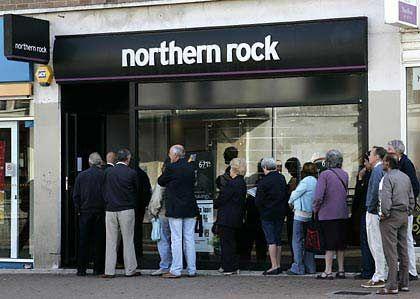 Kundenpanik: Tausende von Sparern versuchten am Samstag, ihr Geld in Sicherheit zu bringen