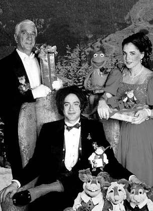 """Weihnachtsgeschichte mit Butler: """"Die Muppets unterm Weihnachtsbaum"""" mit Mr. Willowby (mi.), seinem Butler Baxter (li.) und seiner Hausangestellten Miss Adelaide (Robert Downey, Jr., Leslie Nielsen, Stockard Channing, v.li.)"""