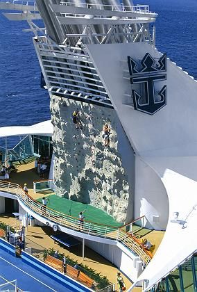 """Kletterwand an Bord der """"Voyager"""": Etwa die Hälfte der Passagiere geht bei Landausflügen nicht von Bord, sondern amüsiert sich ausschließlich auf dem Schiff"""