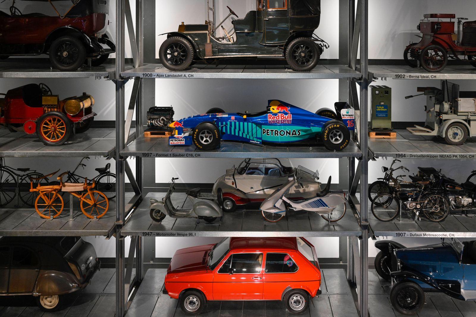 Hochlregallager mit historischen Fahrzeugen, Verkehrshaus Luzern, Schweiz, 23.05.2020 *** High-bay warehouse with histo