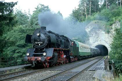 Schwarzer Rauch aus der 50 0072: Das Bayerische Eisenbahnmuseum bietet auch regelmäßige Fahrten zwischen Nördlingen und Dinkelsbühl an