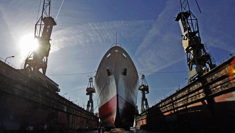 Blohm + Voss-Dock: Die Werft baut zivile Jachten und Marineschiffe, ist im Reparaturbetrieb tätig und kann in ihren riesigen Docks auch große Schiffe überholen