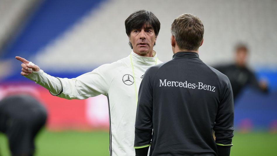 Mercedes Benz: Auf den Trikots der Fußball-Nationalmannschaft allgegenwärtig ....