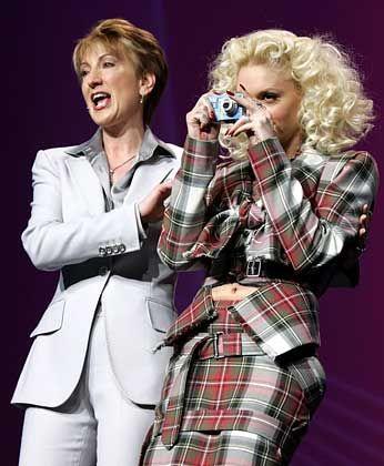 Geschasste HP-Chefin Fiorina (l.) mit Sängerin Gwen Stefani: 12,5 Prozent aller Top-Frauen an einem Tag verloren