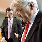 Kabinettskollegen als Wahlkampfgegner: Wirtschaftsminister zu Guttenberg (l.) und Außenminister Steinmeier