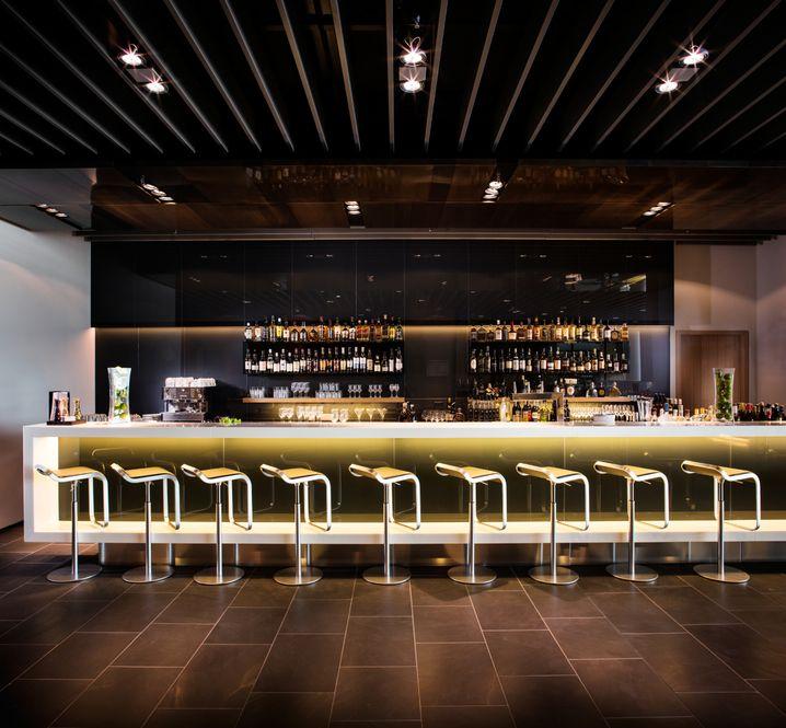 Barhocker für Bar-Hocker. Lufthansa First Class Lounge in Frankfurt am Main