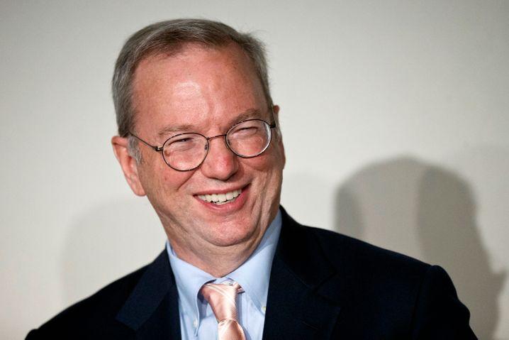 Google-Chairman Eric Schmidt: Was passiert an dem Tag, an dem Internet und Smartphones von gestern sind? Damit Google nicht das gleiche Schicksal ereilt wie Nokia oder AOL, wird der Google-Konzern radikal umgebaut - und in eine Holding namens Alphabet.