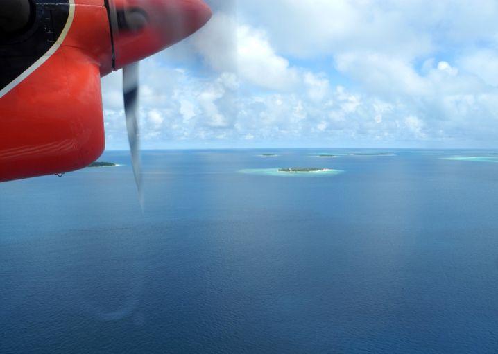 Logenplatz: Die Anreise mit dem Wasserflugzeug ist spektakulär, Dutzende Inseln sieht man von oben.