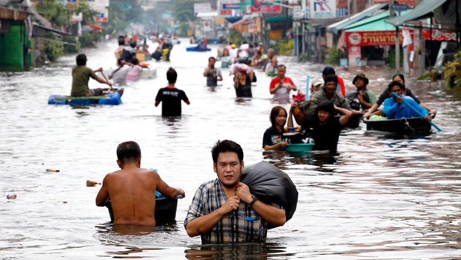 Bangkok: Menschen auf der Flucht vor der Flut