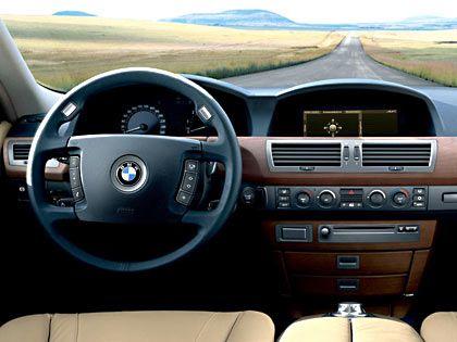Cockpit mit intelligenter Technik: Ein Chip im Zündschlüssel steuert den Fahrersitz, das Lenkrad und den Außenspiegel individuell nach Benutzer. Der kann obendrein mit dem I-Drive auf der Mittelkonsole den Bordrechner steuern. Und damit die Klimaanlage, das Telefon, die Navigation und den Bremsassistenten.