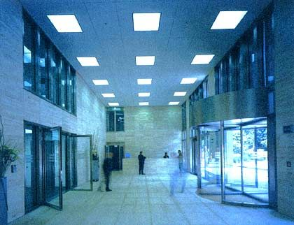 Leuchtende Rechtecke: In der aufgeräumt wirkenden Eingangshalle der Eon-Zentrale dominiert der Stein. Der gesamte Komplex umfasst neben einer Halle für Wechselausstellungen und einem Museum auch den Robert-Schumann-Konzertsaal für 800 Personen. Die Kunststadt Düsseldorf gewann durch die kulturellen Einrichtungen deutlich an Attraktivität.