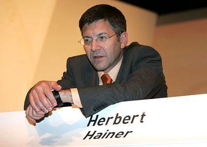 """Herbert Hainer Vorstandsvorsitzender Adidas-Salomon Gesamtbezüge 2004: 3,2 Mio. Euro (Dax-Durchschnitt: 3,6 Mio. Euro) Eigenkapitalrendite nach Eigenkapitalkosten: +12,4 % (Dax: +3,8%) Wertschöpfung nach Eigenkapitalkosten: +24,2% (Dax: -1,6%) Gesamtbezüge-Platzierung im Dax-Vergleich: Rang 12 """"Pay for Performance""""-Platzierung im Dax-Vergleich: Rang 3"""