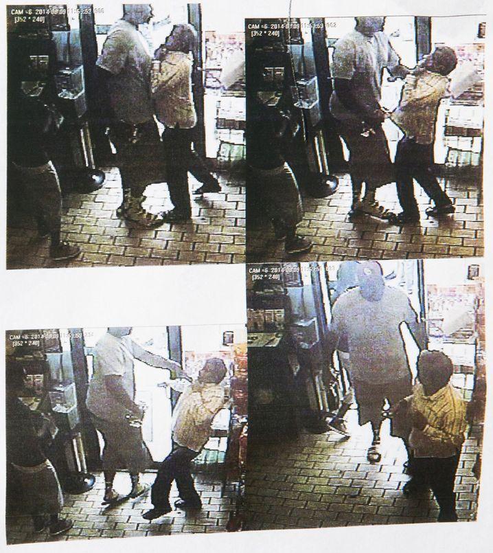 Ladendiebstahl in Ferguson (Bilder von Überwachungskamera): Laut Polizei handelt es sich bei dem Mann im weißen T-Shirt um Michael Brown