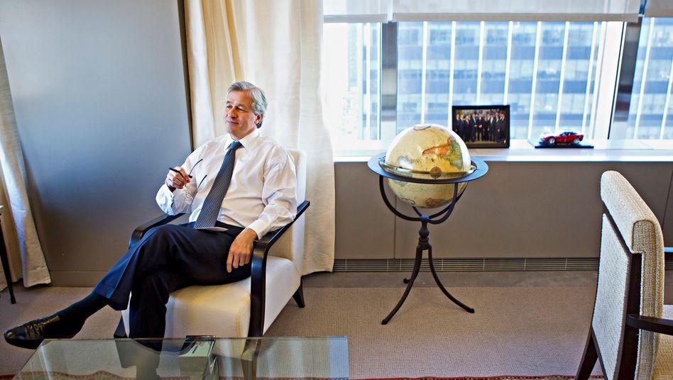 Schwergewicht: Den Chef der größten US-Bank JP Morgan, Jamie Dimon, hat die Finanzkrise nur noch größer gemacht. Hier sitzt er 2010 in seinem New Yorker Büro.