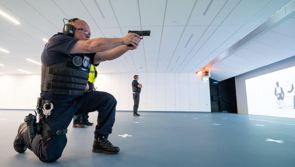 Berliner Polizist übt mit Pistole von Heckler & Koch