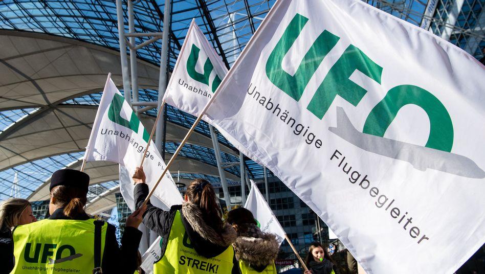 Die erste Mitarbeitergruppe der Lufthansa, die durch die Gewerkschaft Ufo vertreten werden, stimmen den konkreten Spar-Vereinbarungen zu
