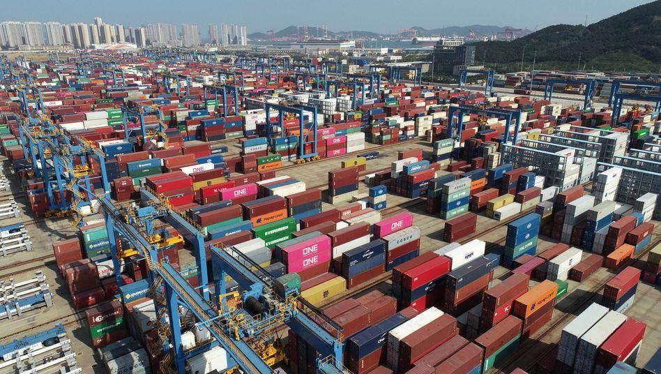 Container im Hafen von Qingdao, China, Ende September