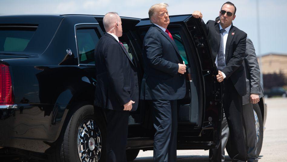 Reifentausch? Donald Trumps Limousine steht und fährt mit Spezialreifen des Herstellers Goodyear. Der Präsident hat jetzt zum Boykott gegen das Unternehmen aufgerufen. Die Aktie fällt.