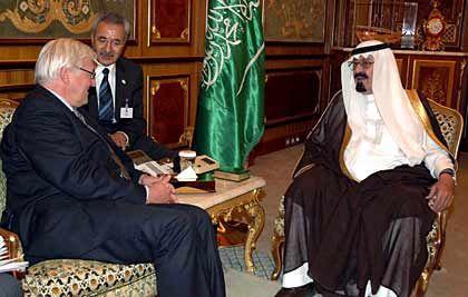 """Quellen der Macht: Weil sie als Energie- und Kapitallieferanten immer wichtiger werden, wächst der politische Einfluss der arabischen Golfstaaten. Die Bundesregierungen unter Gerhard Schröder und Angela Merkel haben sich um enge Beziehungen zu den Herrschern der VAE bemüht. Außenpolitischen Spielraum versucht sich insbesondere das größte Land der Halbinsel, Saudi-Arabien, zu verschaffen. Die """"Machtgewichte in der arabischen Welt"""" hätten sich eindeutig von Kairo nach Riad verlagert, so Volker Perthes, Leiter der Stiftung Wissenschaft und Politik. Ob Iran oder Palästina - die Saudis verfolgen ihre eigene Linie. Auch zu Chinas Führung halten sie enge Kontakte - Kundenpflege mit einem der größten Ölimporteure."""