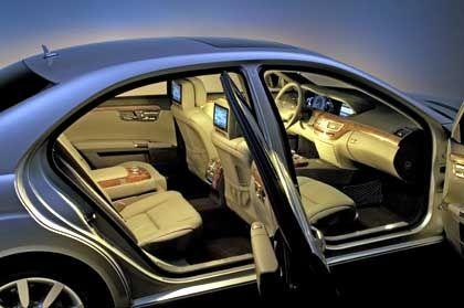 S-Klasse-Interieur: Ein Gefühl von Weite und Luxus - auch durch die spezielle Ambientbeleuchtung (Aufpreis 330 Euro)