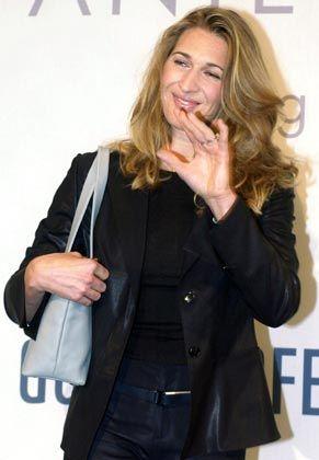 Apart: Steffi Graf mit Goldpfeil-Tasche