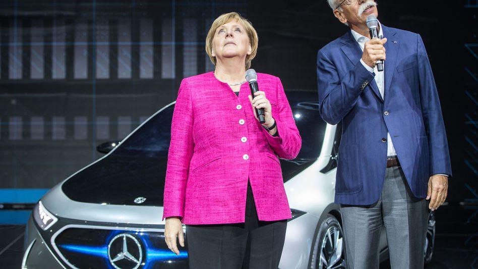 Autoabsatz klettert in die Höhe: Ob es Kanzlerin Angela Merkel und Daimler-Chef Dieter Zetsche zur IAA Mitte September 2017 schon ahnten?