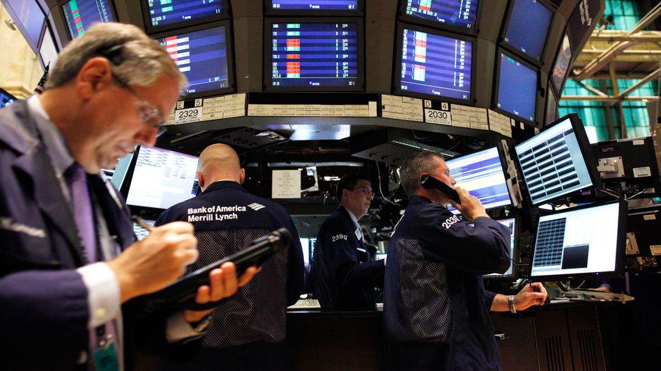 Riskante Wetten: Hedgefonds investieren spekulativ, in Börsenboom-Zeiten wie jetzt hinken viele der Aktienentwicklung hinterher. Ihre Geldgeber verabschieden sich zusehends