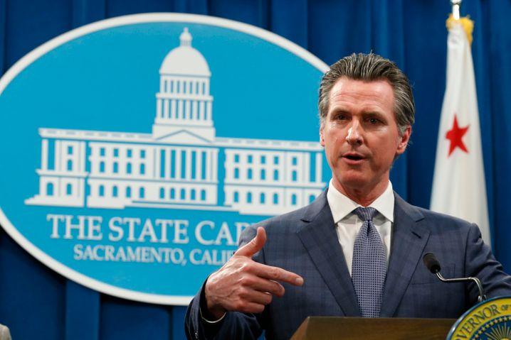 Gavin Newsom, Gouverneur von Kalifornien, erklärt auf einer Pressekonferenz wegen der Ausbreitung des Coronavirus den Notstand. Seine Entscheidung erfolgte nur wenige Stunden nach Bekanntwerden des ersten Todesfalls in dem Westküsten-Staat.