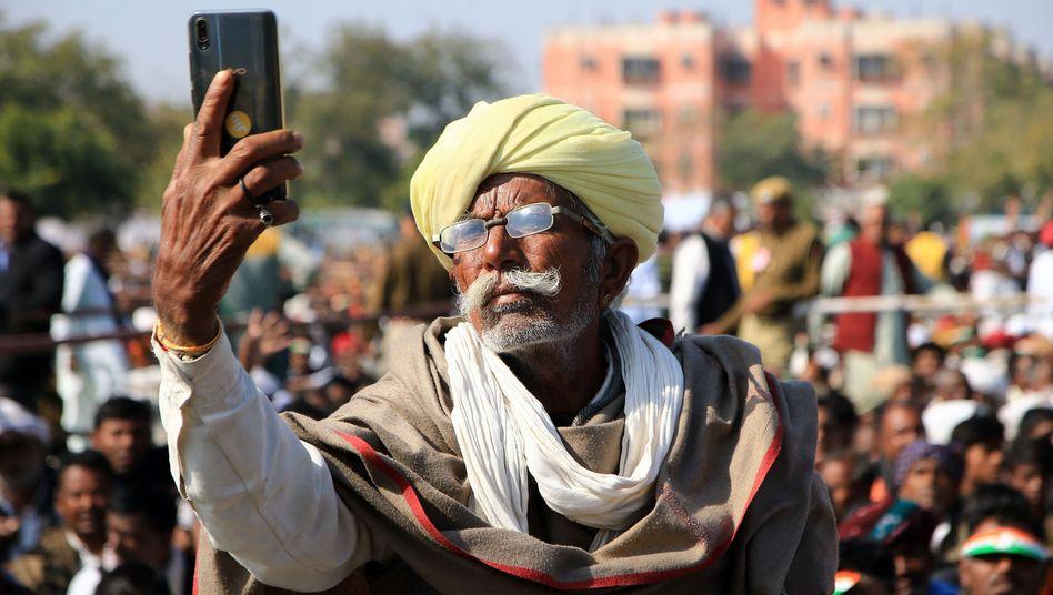 Smartphone-Selfie: Ein Bauer im indischen Rajasthan.