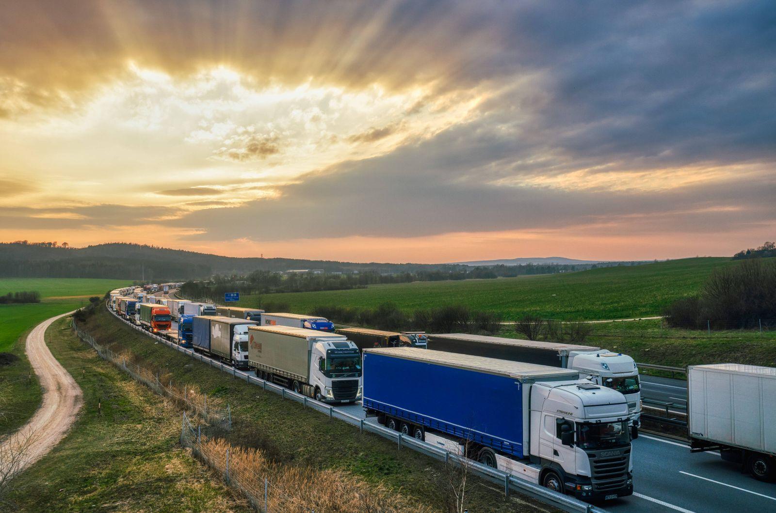 Stau auf der A4 Megastau auf der Autobahn A4 in Richtung Görlitz in Höhe der Königshainer Berge. Tausende LKW stauen si