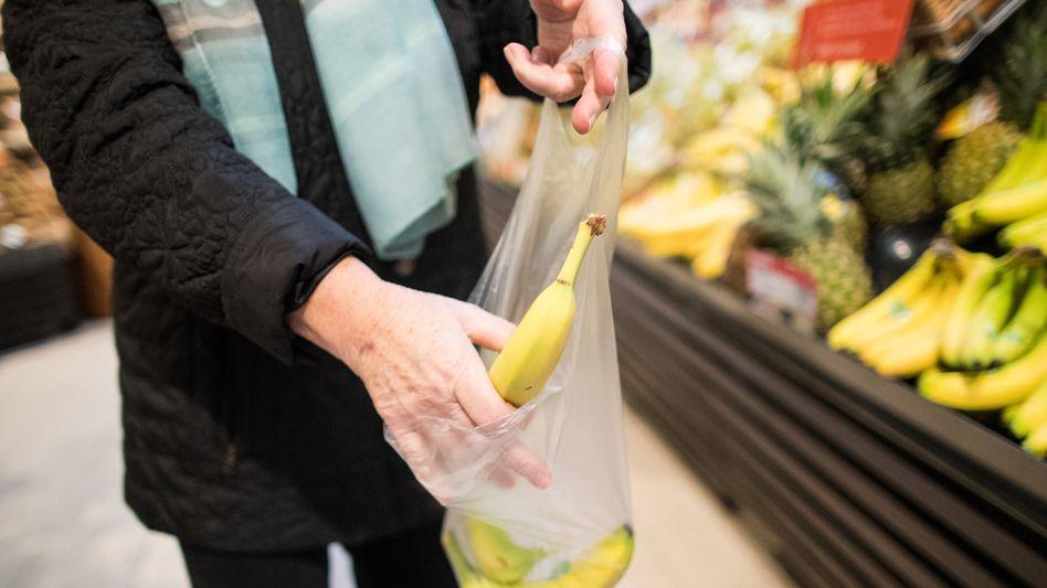 Noch erlaubt: Dünne Plastiktüten für Obst fallen nicht unter das Verbot