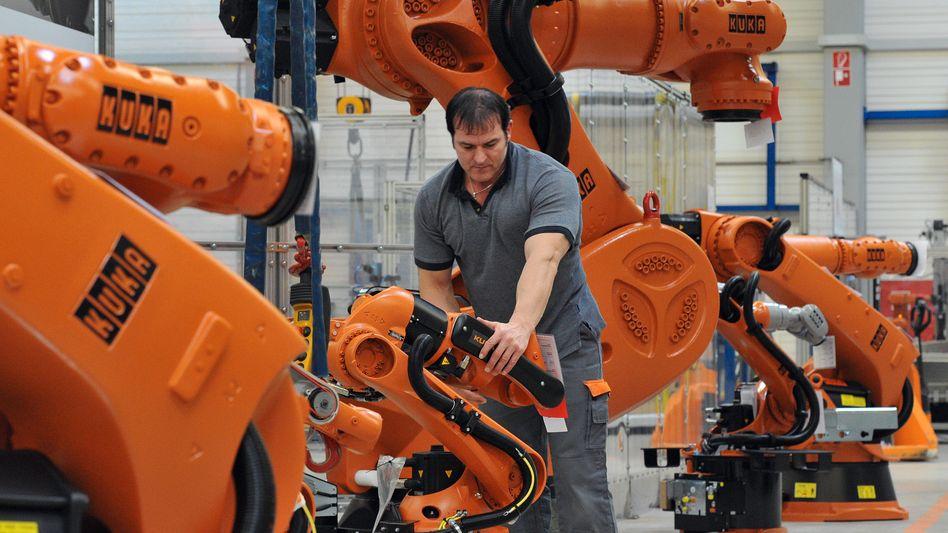 Viel Handarbeit: Produktion klassischer Industrieroboter bei Kuka