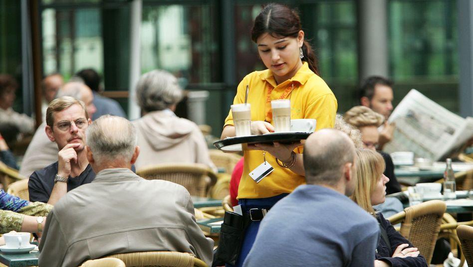 Kellnern nach Dienstschluss: Immer mehr Beschäftigte in Deutschland gehen einem zweiten Job nach