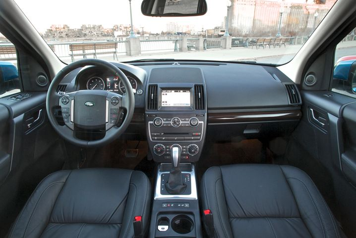 Aufgeräumtes Inneres, edlere Materialien: Land Rover hat seinen Freelander innen kräftig aufpoliert