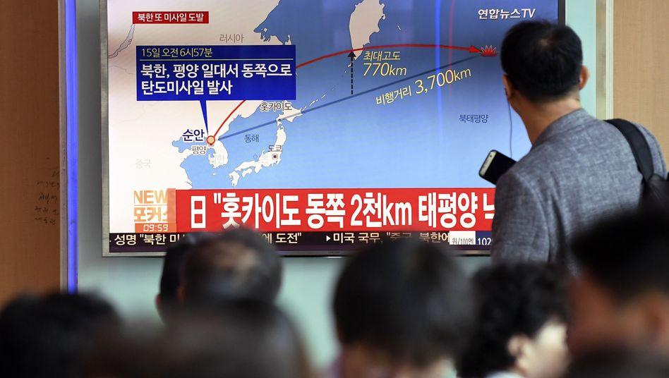Kim schießt wieder: Menschen verfolgen in Seoul (Südkorea) einen Bericht von Nordkoreas neuem Raketentest