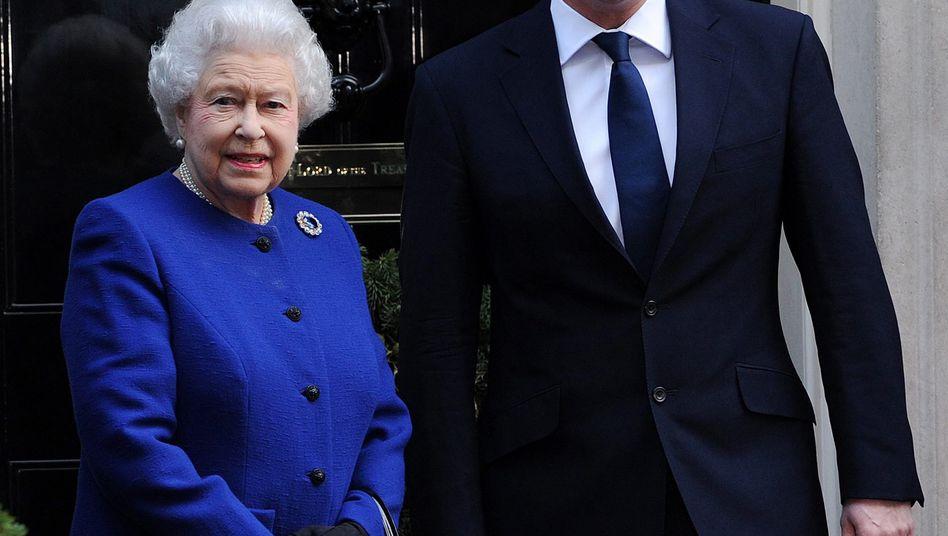 Rule, Britannia: Premier David Cameron (in Downing Street 10 mit der Queen) will sich für mehr Transparenz einsetzen - und kann damit gleich am Finanzplatz London einen Anfang machen