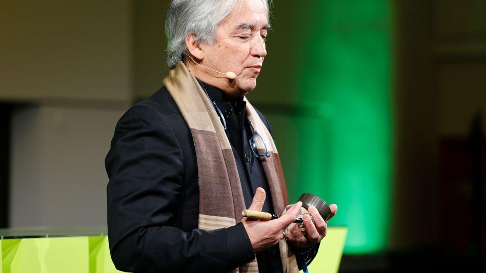Ha Vinh Tho, Leiter des Zentrums für Bruttonationalglück in Bhutan. Der Sohn eines Vietnamesen und einer Französin hat früher für das Internationale Rote Kreuz die Ausbildung von Krisenhelfern geleitet. Der promovierte Erziehungswissenschaftler hat auch als Waldorf-Lehrer gearbeitet.
