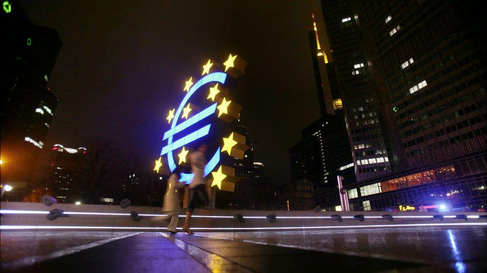 Euro-Skulptur vor dem EZB-Hauptgebäude: Der bestehende Euro-Rettungsschirm reicht nicht aus, um Italien zu schützen