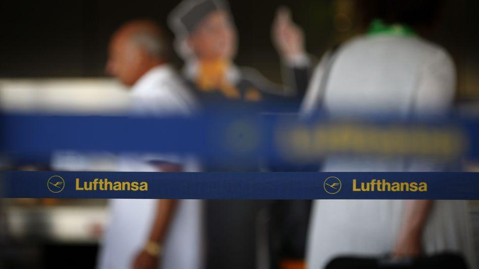 Lufthansa-Schalter in Frankfurt am Main: Flugreisende müssen sich heute auf erhebliche Behinderungen einstellen