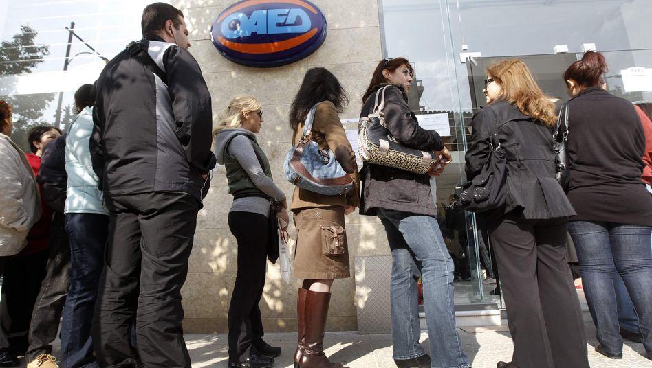 Schlangen vor der Arbeitsvermittlung: Arbeitslosigkeit steigt unter Griechenlands Jugend weiter
