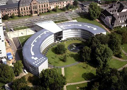 Eine Stadt, ein Konzern: Eigentlich hätten Architekten hier nicht viel falsch machen können. Denn Leverkusen ist Bayer - und Bayer ist Leverkusen. Und trotzdem: Der Architekt Helmut Jahn hat im Jahr 2000 ein erfrischend lebendiges und unverwechselbares Gebäude konzipiert.